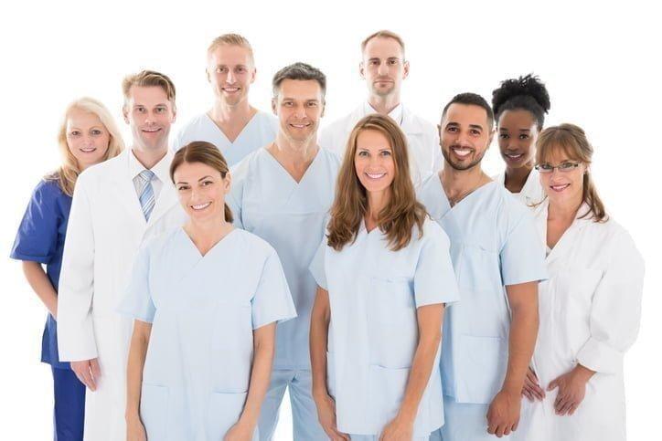 grupo de dentistas e auxiliares