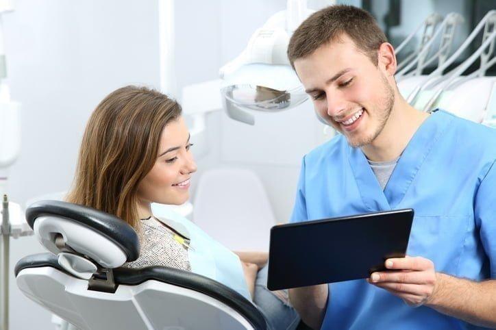 dentista explicando algo ao paciente